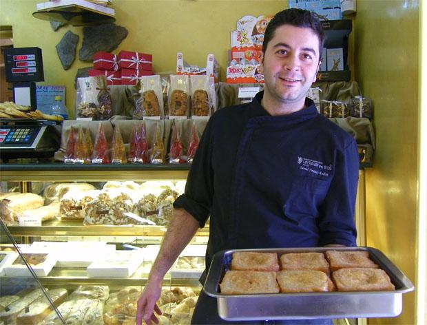 Daniel Jiménez, el maestro pastelero de La Rosa de Oro de Jerez, confecciona una magnífica versión del tocino de cielo.