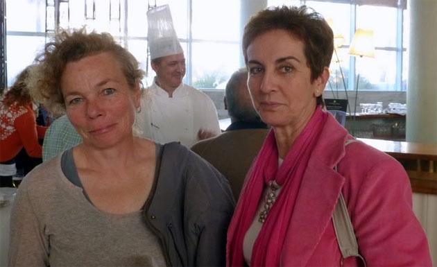 Daniela Hinojo, a la izquierda, con Pepi Relinque del grupo gastronómico El Almirez, en el Hotel Playa Victoria de Cádiz en unas jornadas sobre productos ecológicos realizadas por el hotel. Foto cedida por el blog de Tubal.
