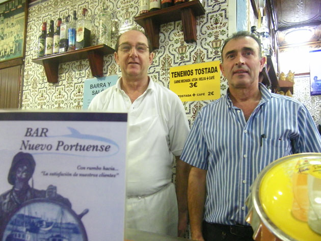 El cocinero Diego Conejero junto al propietario del bar José María Santos, tras la barra del Nuevo Portuense. Foto: Cosas de Comé.