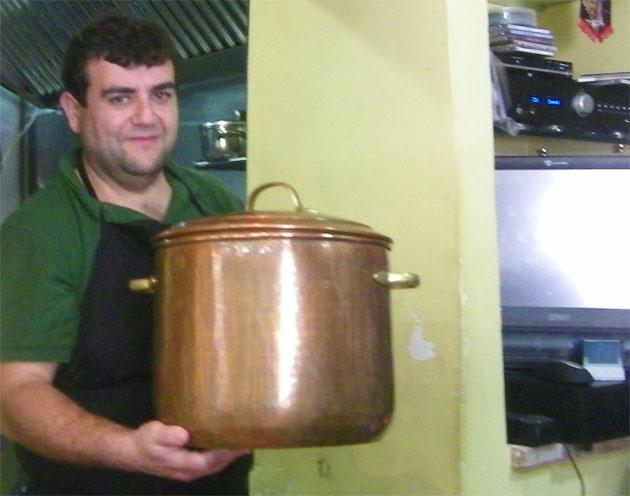 Esteban Sanles con el caldero de cobre donde cuece el pulpo. Foto: Cosas de Comé.