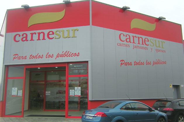 Aspecto exterior de la nueva tienda de Carne Sur en el polígono de Fadricas, frente a Bahía Sur, junto al aparcamiento de El Corte Inglés. Foto: Cosas de Comé.