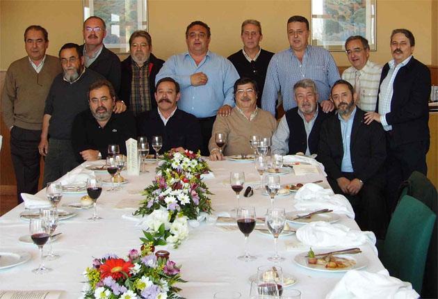 El Grupo Gastronómico Gaditano en 2006 cuando celebraron su 20 aniversario en una foto tomada en la Escuela de Hostelería de Cádiz. Foto cedida por el Grupo Gastronómico Gaditano.