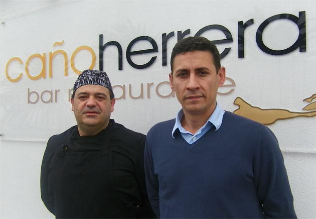 El cocinero portugués José Manuel Fernandes junto al empresario gaditano Daniel Toyos en la puerta del nuevo bar restaurante Caño Herrera. Foto: Cosas de Comé.