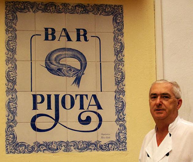 Juan Luis Cordero en la puerta de su bar de la calle Curva de El Puerto. Foto cedida por el blog Habitantes y Gente de El Puerto de Santa María