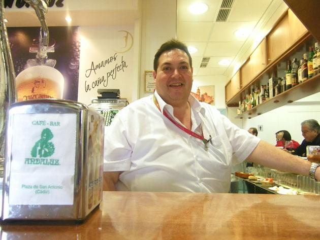 Juan Ramón Alcedo Pérez, uno de los dos hermanos que regentan el establecimiento, tras la barra del recién remodelado café bar Andaluz. Foto: Cosas de Comé.