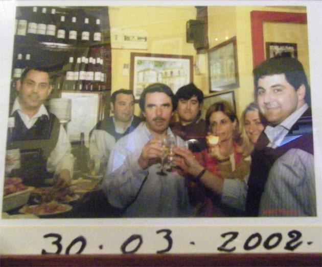 Juan Ramos Domínguez, el primero por la izquierda, en una foto histórica, cuando el entonces presidente del Gobierno, José María Aznar, probó las papas en unión del entonces alcalde Juan Rodríguez que brinda con él. Foto cedida por Barbiana.