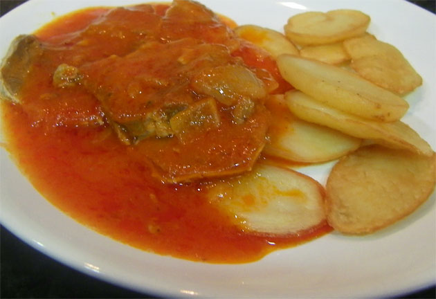 Tapa de lengua en tomate de Casa Tucho, el nuevo bar que ha abierto en el barrio del Mentidero de la ciudad de Cádiz. Foto: Cosas de Comé.