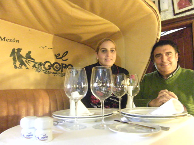 Manolo Moreno, el fundador de El Copo, y su hija Vanessa en el coche de caballos situado en el salón del establecimiento y dónde se puede comer si el cliente lo desea. Foto: Cosas de Comé