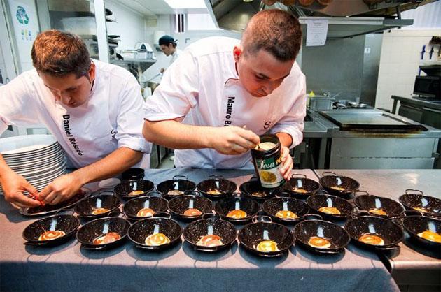 Daniel Rosado y Mauro Martínez, jefes de cocina de Skina, preparan unos huevos fitos al momento, unoa de las recetas que se recogen en el libro. Foto: cedida por Mauro Martínez