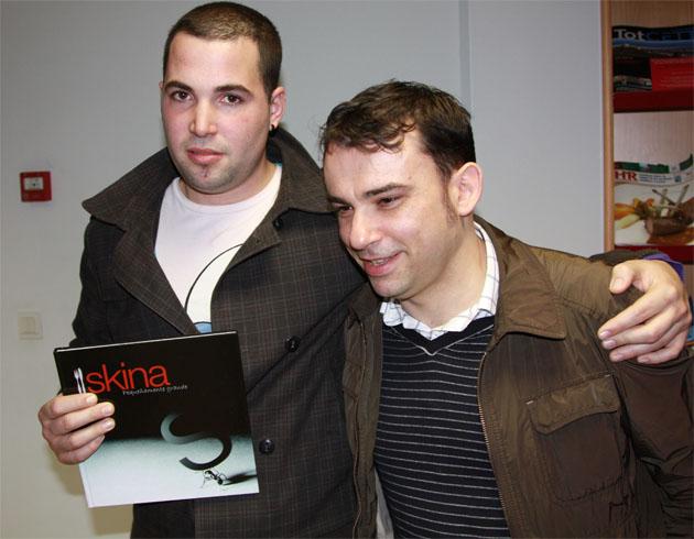 El cocinero Mauro Martínez, con el libro recién publicado, junto a Marcos Granda, que también acudió a Cádiz para la presentación. Foto: Mauro Martínez Domínguez
