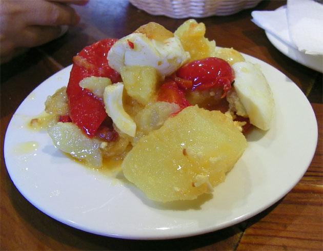 Otra tapa a probar en La Gallega, la versión del establecimiento de las papas aliñás. Foto: Cosas de Comé.