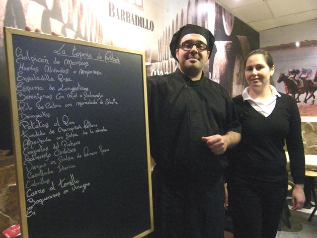 El cocinero Rubén Rangel junto a su compañera María Isabel Guisado que se ocupa de atender a los clientes en este bar situado en el centro de Sanlúcar. Foto: Cosas de Comé.