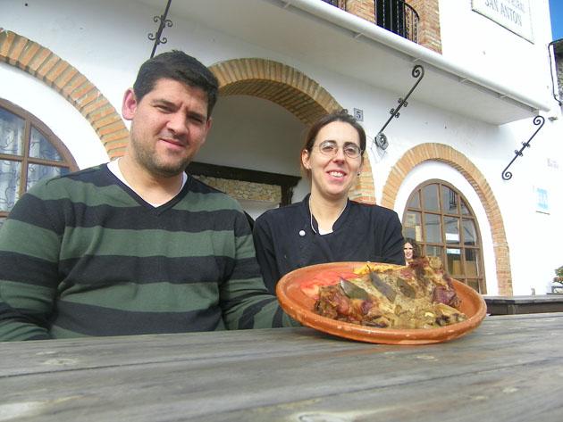 Santiago Jiménez y Angelica Rodríguez en una mesa de su restaurante El Refugio de San Antón en Benaocaz. Foto: Cosas de Comé