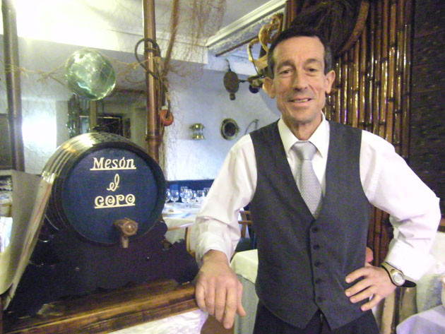 Otro de los tesoros escondidos del Mesón El Copo, el camarero Diego Mateos. Suele cantar a los clientes coplas de Antonio Molina o compone poesías que improvisa al momento. Foto: Cosas de Comé.