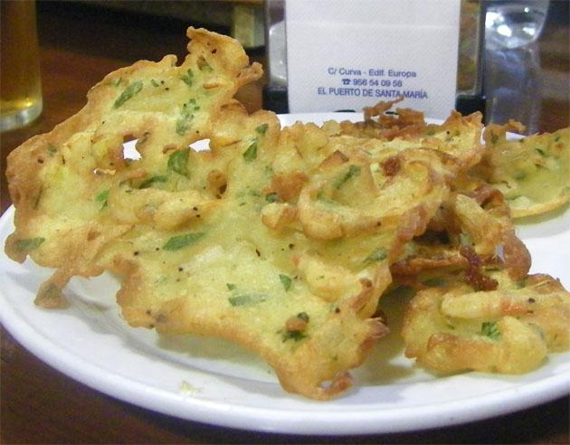 Así son, antes de comerselas, las espectaculares tortillitas de camarones del Bar Pijota de El Puerto. Foto: Cosas de Comé