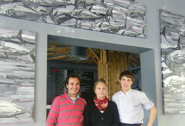 Alvaro Ramírez, que se ocupa de la administración del restaurante, junto a Pilar Vara de Rey y Ricard Vivas, que se ocupan de la cocina. Foto: Cosas de Comé.