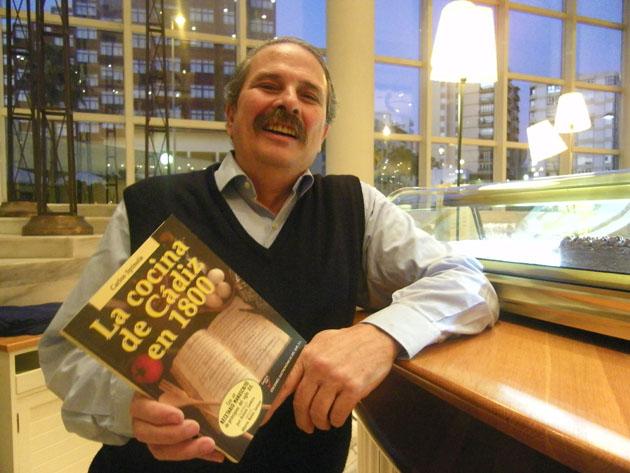 Carlos Spínola con su nuevo libro en el Hotel Playa Victoria, donde fue presentado. Foto: Cosas de Comé.