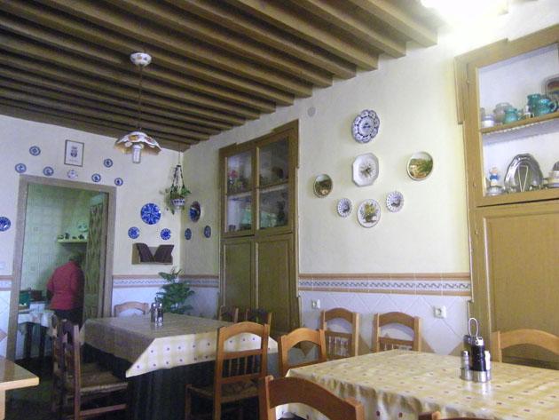 Las mesas cubiertas de hules de a cuadrito en la pensión de Ana Mari. Foto: Cosas de Comé