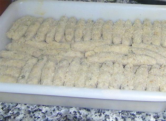 Una fuente de croquetas ya liadas y listas para freir en la pensión de Ana Mari. Foto: Cosas de Comé