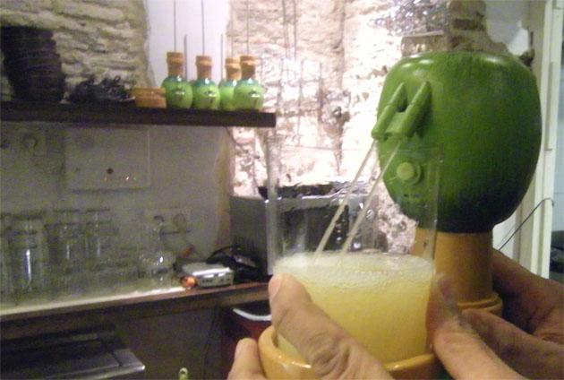 """La Sidrería cuenta con formas de """"escanciar"""" (servir) la sidra. Una de las más originales es con este escanciador automático. Foto: Cosas de Comé"""
