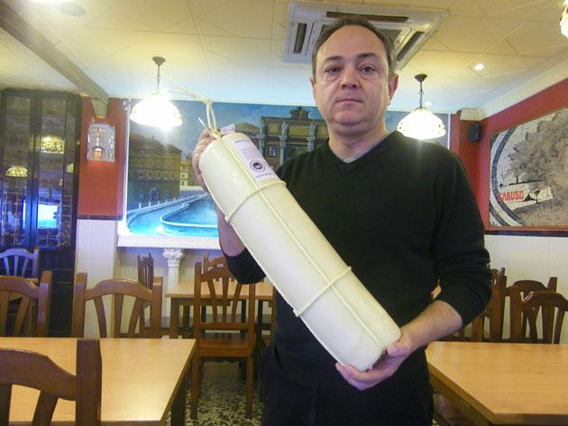 Federico Mayo, el propietario de la trattoría pizzeria Caruso con un impresionante queso italiano. Foto: Cosas de Comé.