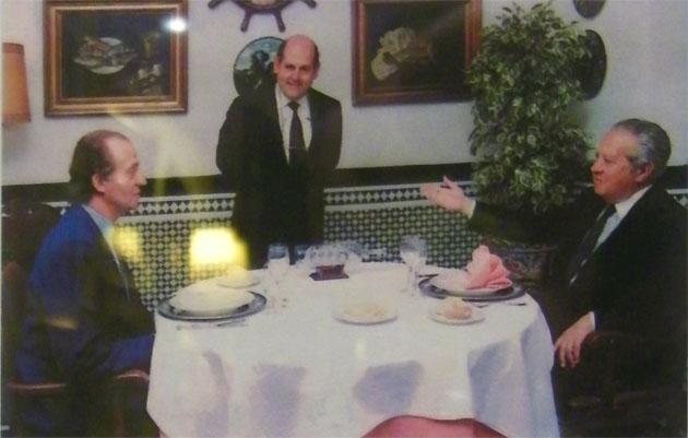 El Rey don Juan Carlos con el entonces presidente de Portugal, Mario Soares, en una comida que celebraron en El Faro en 1992 y en la que comieron tortillitas de camarones. En el centro aparece Gonzalo Córdoba. Foto: Cedida por el restaurante El Faro.
