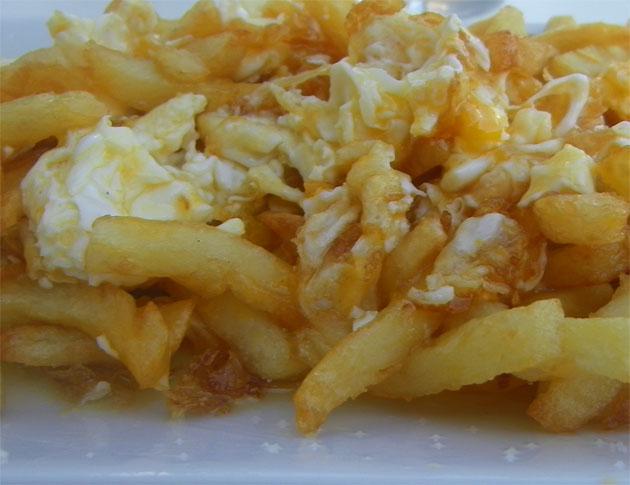 Los huevos fritos con patatas bautizados como huevos Parva en Plato al Centro. Foto: Cosas de Comé