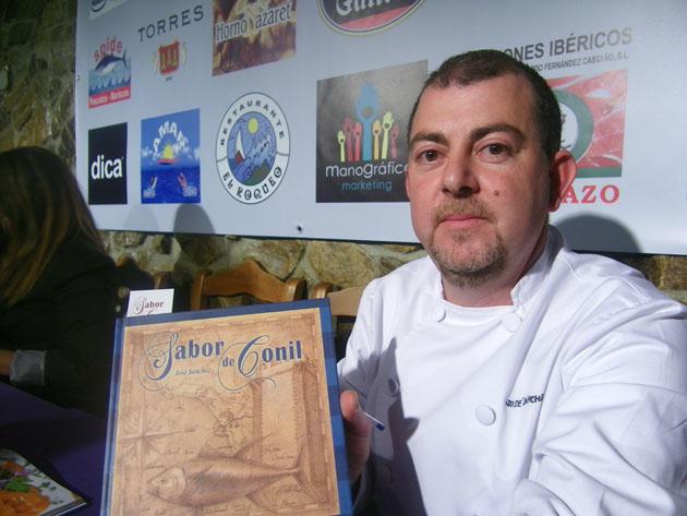 José Pérez con su libro Sabor de Conil. Foto: Cosas de Comé.