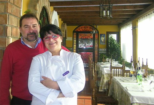 Juan Carlos Almazo y Petri Benitez en uno de los comedores de la Venta Melchor. Foto: Cosas de Comé