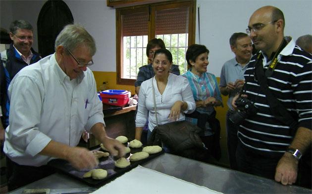Juan González preparando las piezas de pan realizadas por los asistentes a un taller para meterlas en el horno. Foto: Cosas de Comé.