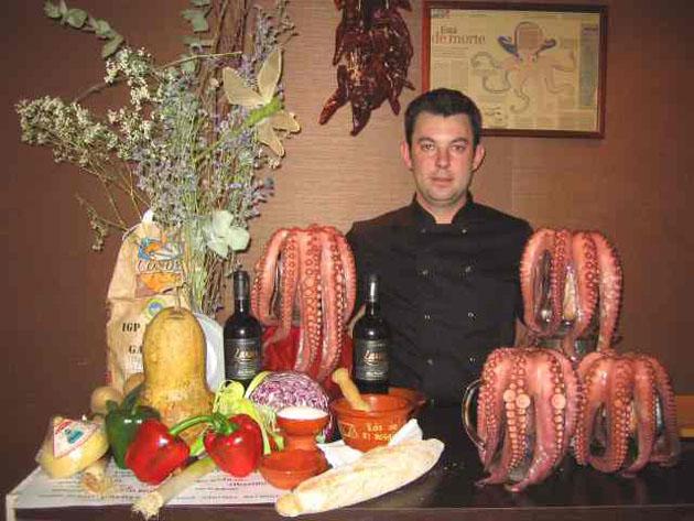 Juan José Sánchez Marabot con unos pulpos cocidos en la última edición de las catatapas de Sopranis. Foto: Cedida por el restaurante Sopranis