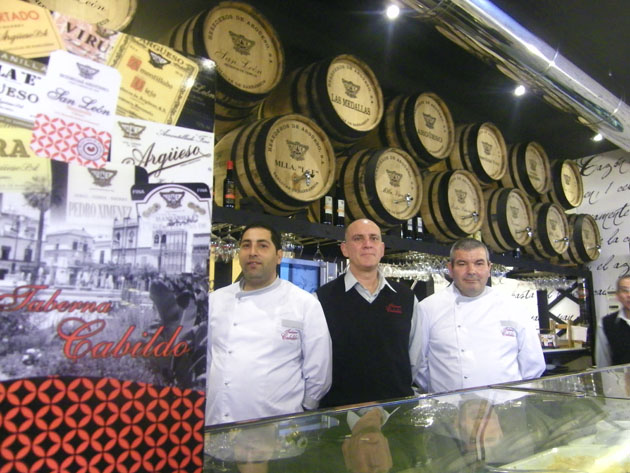La decoración del nuevo establecimiento, protagonizada por barriles de vino, es epectacular. En la foto aparecen el cocinero Paco Heredia, el encargado José Angel González y el otro cocinero Juan Gálvez. Foto: Cosas de Comé