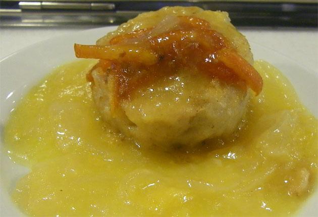 El pastelito de corvinata relleno de dátiles con salsa de naranja y tomate caramelizado, una de las tapas de la taberna Cabildo. Foto: Cosas de Comé