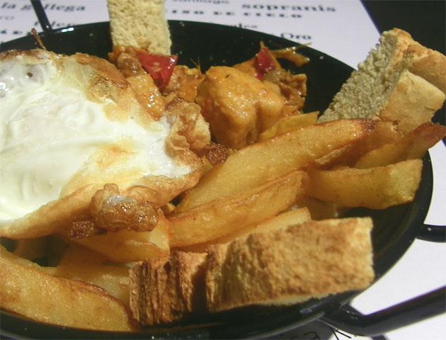 El plato campero de Sopranis con las papas fritas cortadas bien gordas para acompañar el huevo y el almuerzo campero. Foto: Cosas de Comé.
