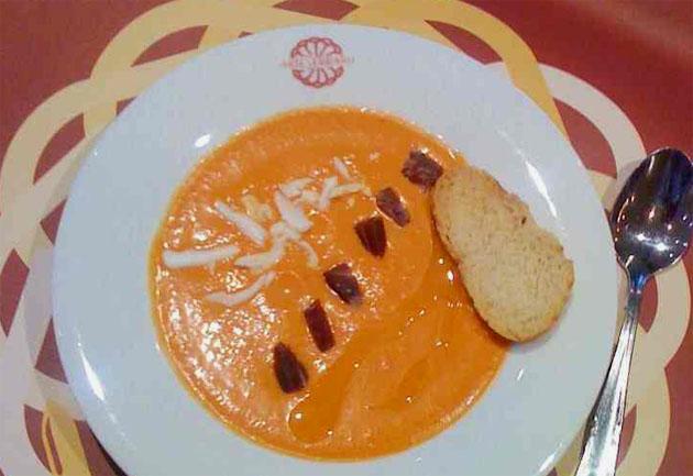 """El famoso salmorejo de Arteserrano, uno de los platos que forman parte del menú bajo el nombre de """"salmorejo de pamplina de los robó de cocina"""". Foto: cedida por el restaurante Arteserrano."""