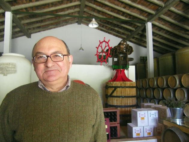 El enólogo Salvador Rivero delante de una vieja prensa rehabilitada que se conserva en su bodega. Foto: Cosas de Comé