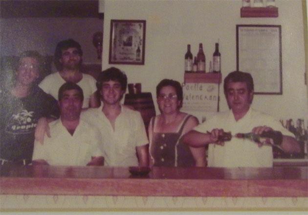 En la foto aparecen Sebastiana Mendoza Alba y junto a ella, abriendo una botella, su marido, Francisco Javier Pérez Reyes. La foto fue tomada poco después de abrirse el restaurante. Foto cedida por el restaurante El Roqueo.