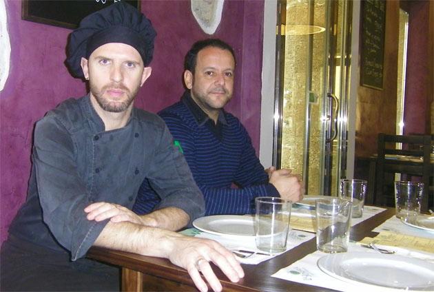 El cocinero de la Sidrería de El Pópulo Victor Manuel Rodríguez junto a uno de los propietarios del establecimiento, Francisco Rubio. Foto: Cosas de Comé.