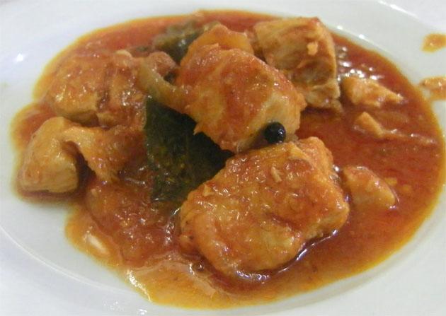 Tapa de cazón con tomate, antes de mojar pan en ella. Foto: Cosas de Comé.