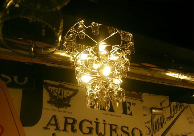 Una de las originales lámparas que decoran la taberna Cabildo, el nuevo bar que se ha abierto en el centro de Sanlúcar. Foto: Cosas de Comé.