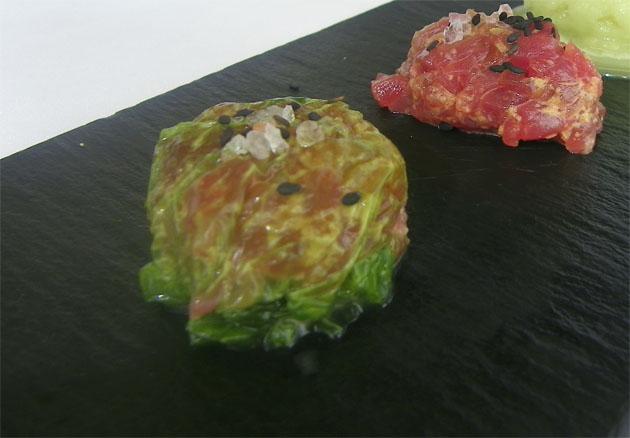 En primer plano el ravioli realizado con lechuga de mar. En segundo plano el relleno del ravioli, un tartar de atún rojo de almadraba. Foto: Cosas de Comé