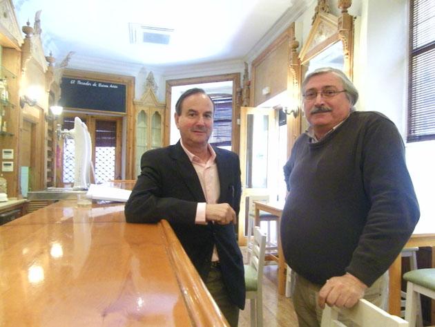 Paco Acosta y Alejandro Pacheco, los propietarios de El Gaucho, junto a la barra de su nuevo establecimiento en el casco antiguo de Cádiz. Foto: Cosas de Comé.
