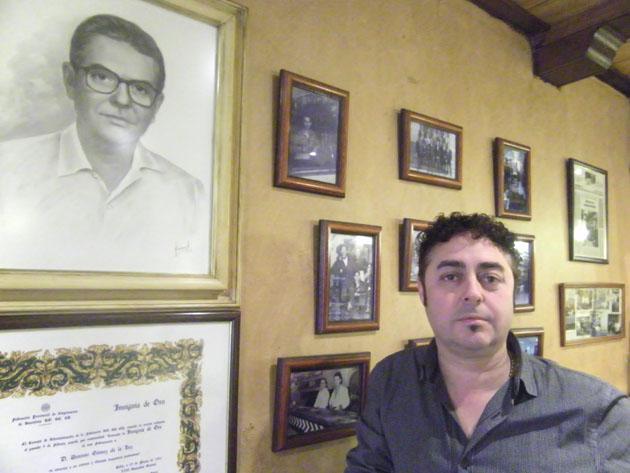 Antonio de la Luz junto a una imagen de su padre, el fundador del bar. Foto: Cosas de Comé.