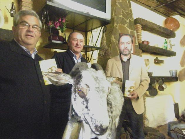 Carlos Rios Andres Piña y Carlos Perez con cabra payoya y  recetario
