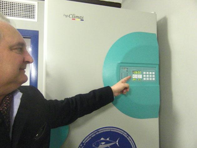 Juan Carlos Borrell, director comercial de Gadira, señala el indicador de temperatura del congelador especial situado en la tienda y que indica -60º la temperatura óptima para mantener intactas las cualidades del pescado. Foto: Cosas de Comé.