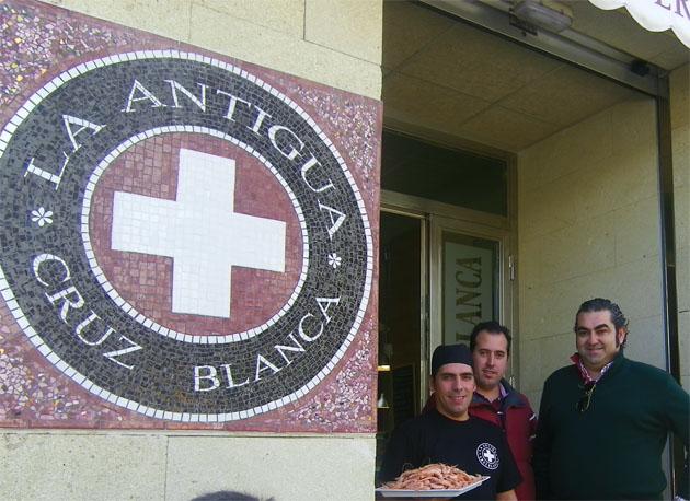 Daniel de La Barrera e Ismael Pérez Vilches, dos de los socios de la Antigua Cruz Blanca a la puerta del nuevo local. Foto: Cosas de Comé