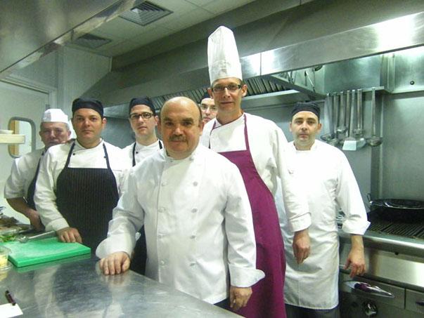 El equipo de cocina de El Campero. Delante, en el centro de la foto, aparece Pepe Melero. Foto: Cosas de Comé