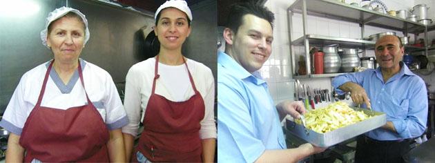 """Las """"Teresas"""", Teresa Márquez y su hija Teresa Jiménez se encargan de la cocina de El Albero. A su lado Enrique Vargas y su suegro Juan Pedro Jiménez, que se encargan de dirigir el comedor. Ambos portan una gran fuente de las famosas papas fritas de la Venta. Foto: Cosas de Comé"""