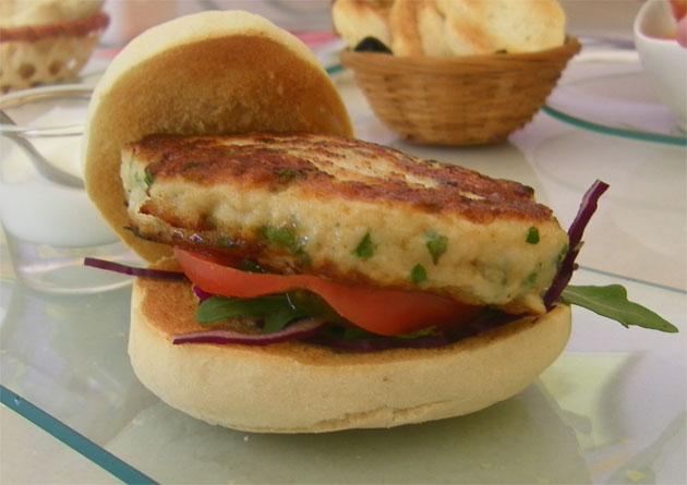 La hamburguesa de chocos, otra de las originales tapas de Tapas Macondo. Foto: Cosas de Comé