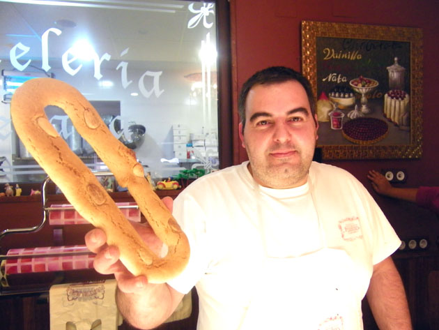 José Manuel Fuentes Orozco con uno de sus impresionantes roscos de Semana Santa. Foto: Cosas de Comé